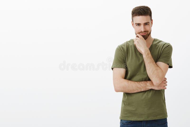 Kerl, der ausgezeichneten Plan hat, etwas groß und schlecht, smirking wie Genie entwirft und den Bart betrachtet Kamera reibt lizenzfreie stockbilder
