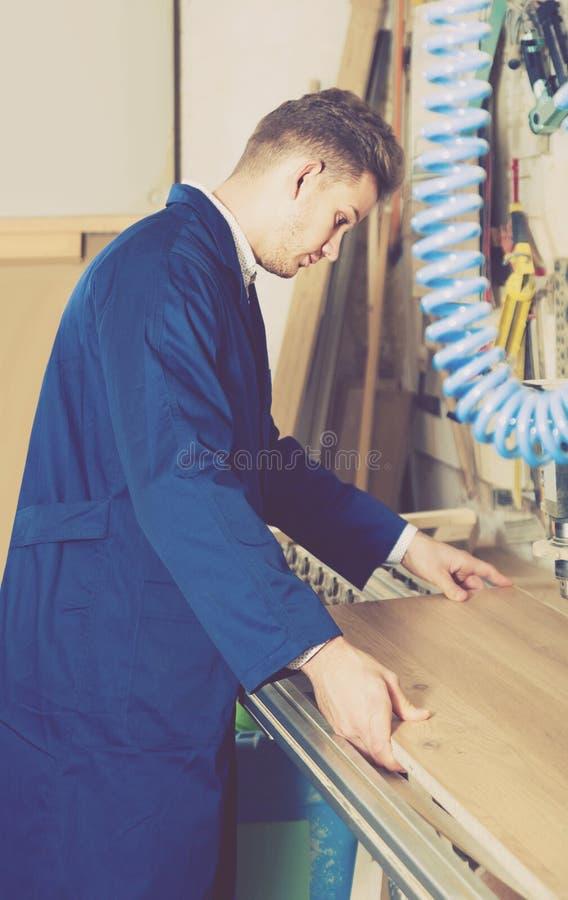 Download Kerl, Der Bohrmaschine An Der Werkstatt Verwendet Stockfoto - Bild von industrious, person: 90236322