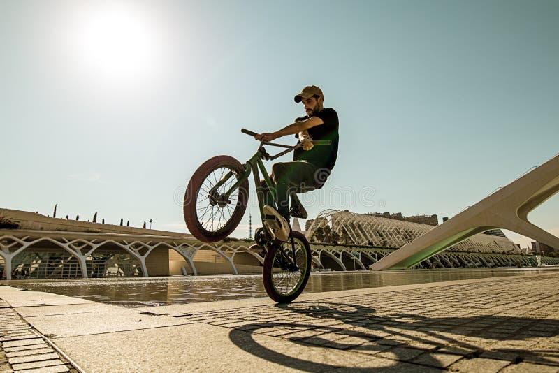 Kerl, der ein bmx Fahrrad reitet lizenzfreies stockbild