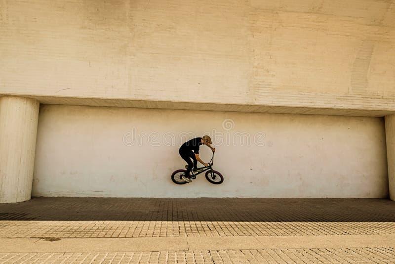 Kerl, der ein bmx Fahrrad reitet stockbilder