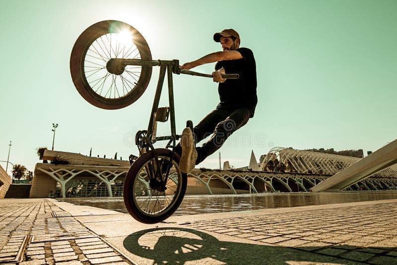 Kerl, der ein bmx Fahrrad reitet lizenzfreie stockfotografie