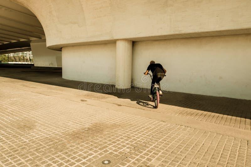 Kerl, der ein bmx Fahrrad reitet stockfotos