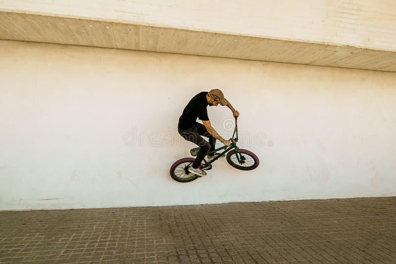 Kerl, der ein bmx Fahrrad reitet stockfoto