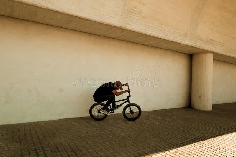 Kerl, der ein bmx Fahrrad reitet stockfotografie