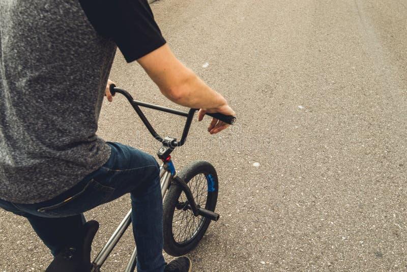 Kerl, der ein bmx Fahrrad reitet lizenzfreies stockfoto