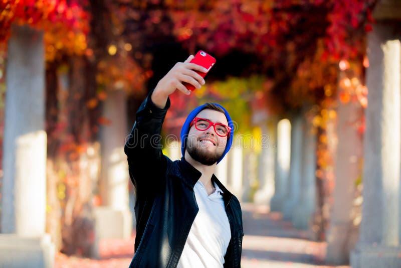 Kerl, der eine Handykamera für ein selfie verwendet stockfoto