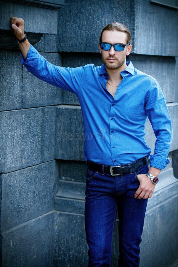 Kerl in der Jeanskleidung lizenzfreie stockbilder