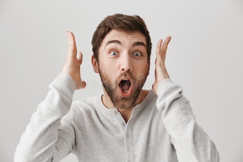 Kerl, der von den vielen positiven Gefühlen hören etwas unglaubliche Nachrichten schreit Porträt des überwältigten europäischen K stockbilder