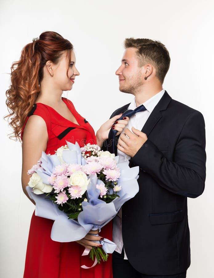 Kerl gab einer Freundin auf einem Datum einen Blumenstrauß Verbinden Sie Sitzung für Datum an einem hellen Hintergrund stockbilder