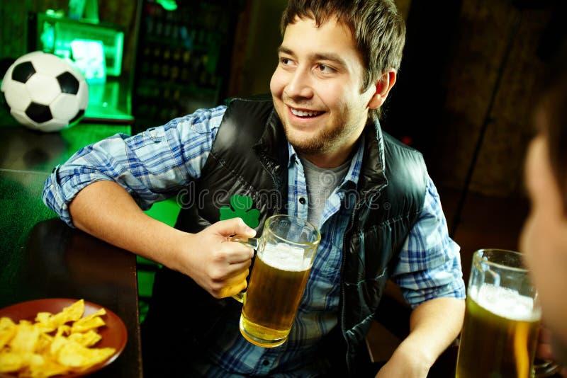 Kerl im Pub stockfotos