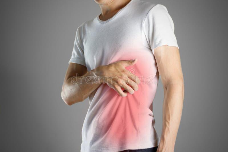 Kerl im weißen Hemd, das seinen Körper verkratzt scabies Verkratzen Sie den Verschlusspfropfen stockfotografie