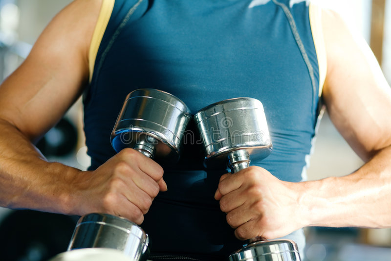 Kerl mit Dumbbells stockfotos