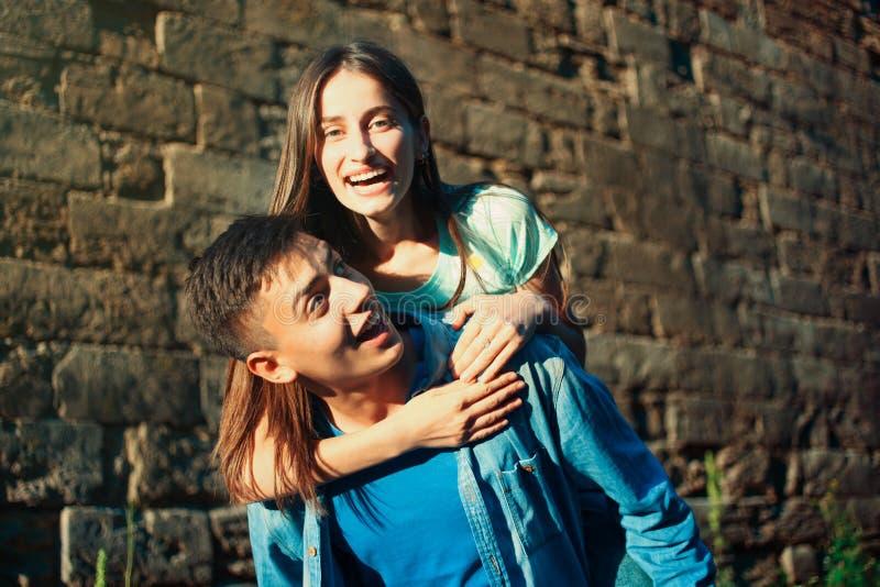 Kerl mit einem Mädchen stockfoto