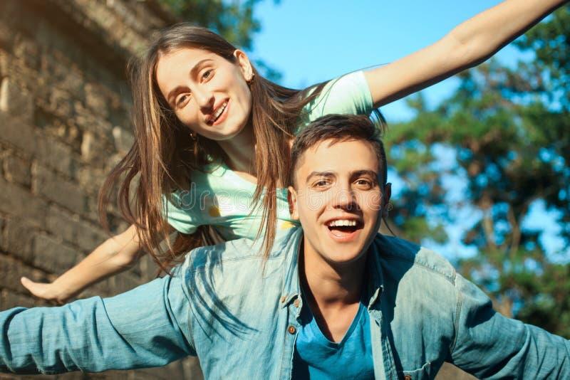 Kerl mit einem Mädchen lizenzfreie stockfotografie