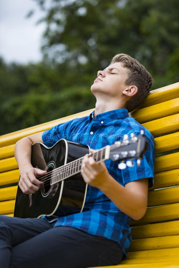 Kerl mit einer Akustikgitarre lizenzfreie stockfotografie