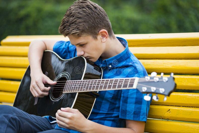 Kerl mit einer Akustikgitarre stockfoto