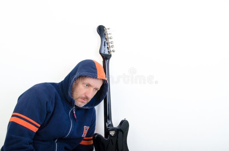 Kerl mit einer Gitarre stockbild