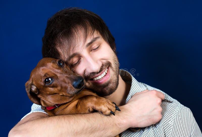 Kerl mit seinem Hund lizenzfreie stockfotos