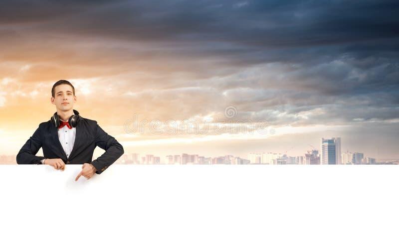 Kerl mit weißer Anschlagtafel lizenzfreie stockfotos
