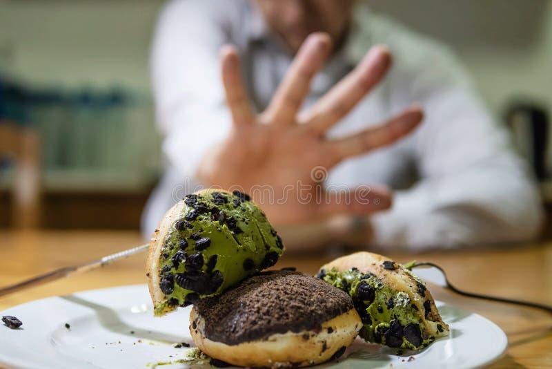 Kerl sind anderer Meinung, um Donut zu essen stockfotografie