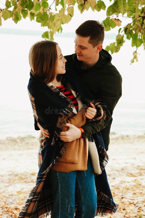 Kerl umarmt Mädchen lizenzfreie stockfotografie