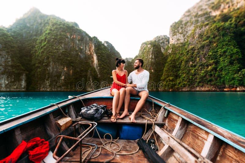 Kerl und Mädchen, die mit dem Boot um die Inseln reisen lizenzfreies stockbild