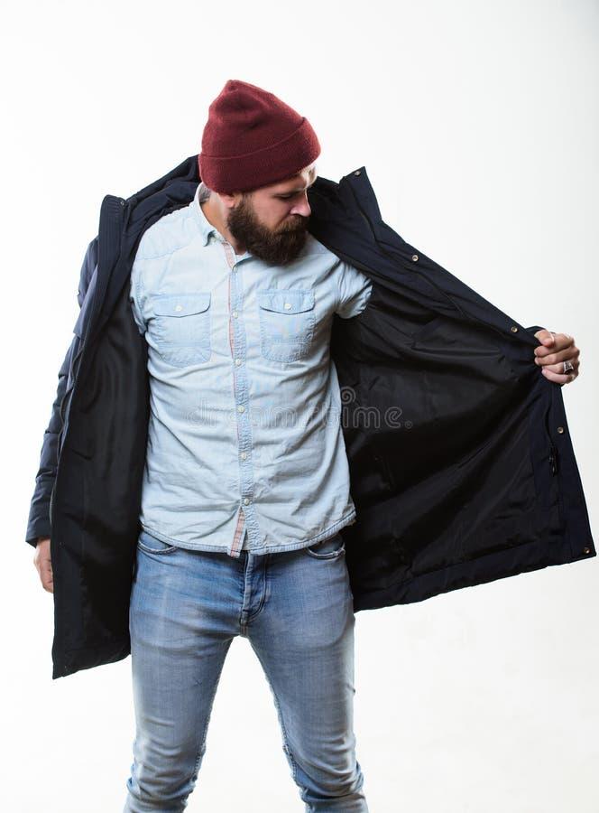 Kerlabnutzungshut und schwarze Winterjacke Stilvoll und bequem Hippie-Artmännerkleidung Hippie-Ausstattung Mann bärtig stockbild