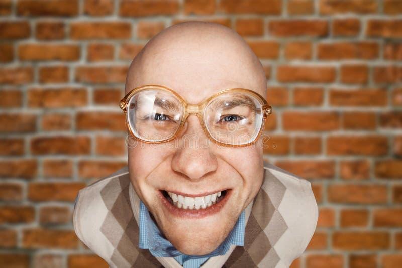 KerlBüroangestellter des Porträts glücklicher kahler froh, auf Backsteinmauerhintergrund zu gewinnen stockfotografie