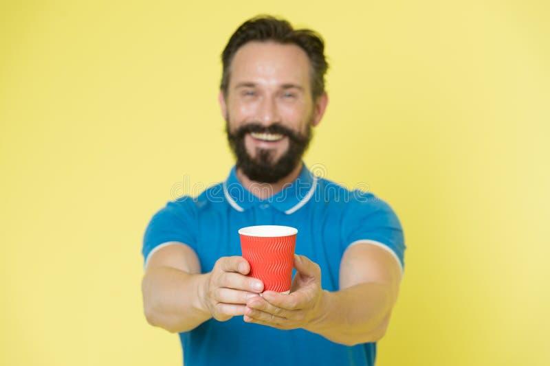 Kerlbart und -schnurrbart hält Papiertasse tee oder Kaffee Angebotgetränk zu Ihnen Erfahrene Mannsorgfalt des Trainers über Wasse stockfoto