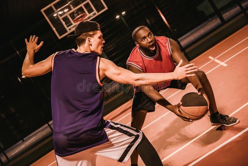 Kerle, die Basketball spielen stockbilder
