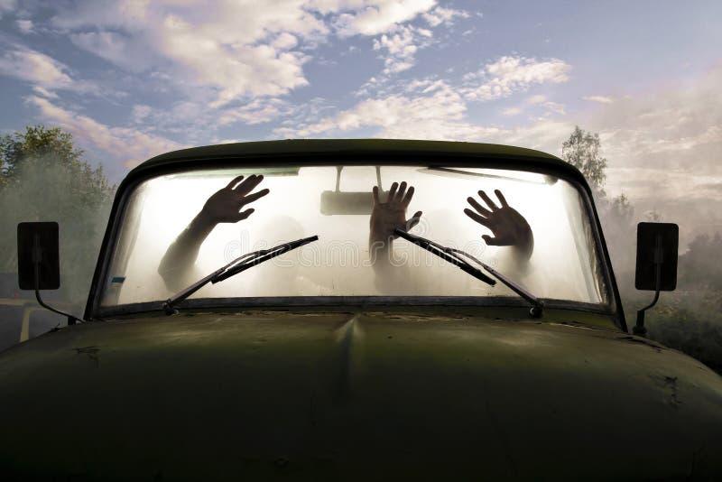 Kerle im Auto voll des Rauches lizenzfreies stockfoto
