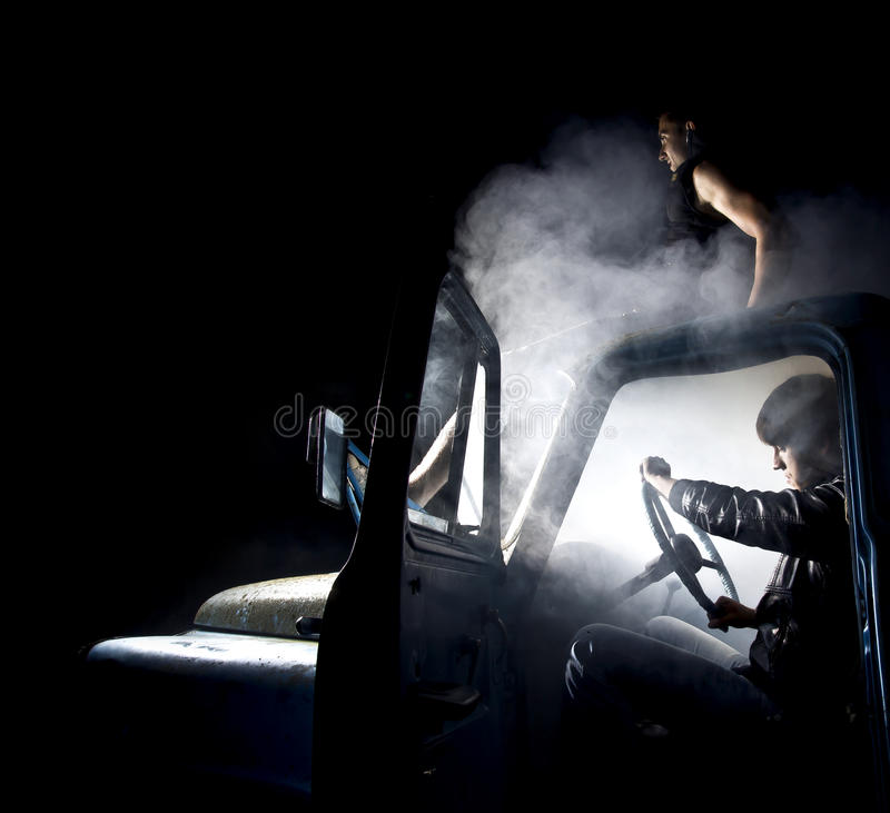 Kerle im Auto voll des Rauches stockfotos