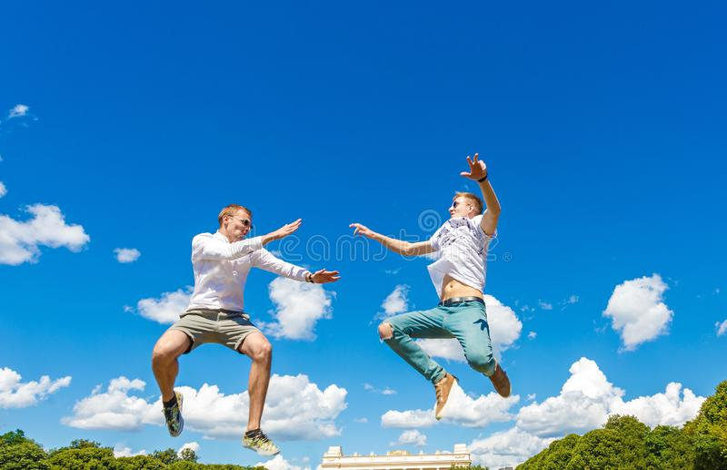 Kerle kämpfen in der Luft Kerle springen in Luft und treten seinen Freund Kerle kämpfen in der Luft gegen stockfotografie
