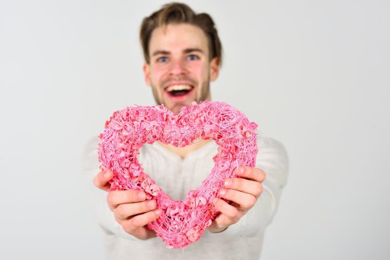 Kerlgriffherz-Dekorsymbol des Mannes hübsches glückliches lächelndes der Liebe Roter heart-shaped Schmucksachegeschenkkasten und  stockbild
