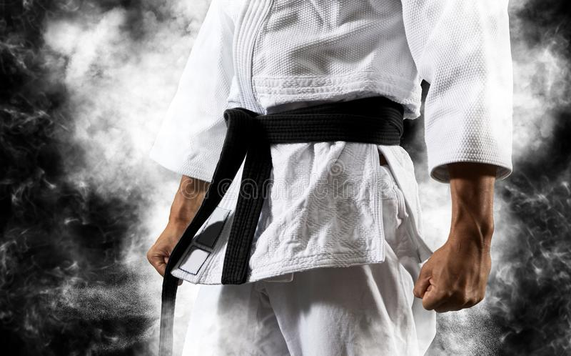 Kerlhaltungen im weißen Kimono mit schwarzem Gürtel stockfoto