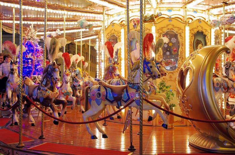 Kermisterrein 's nachts Carrousel stock foto