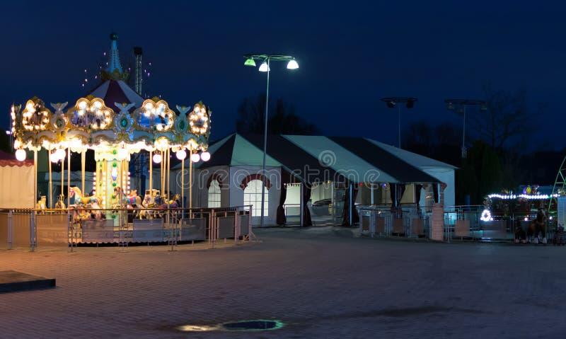 Kermisterreincarrousel bij nacht stock afbeelding
