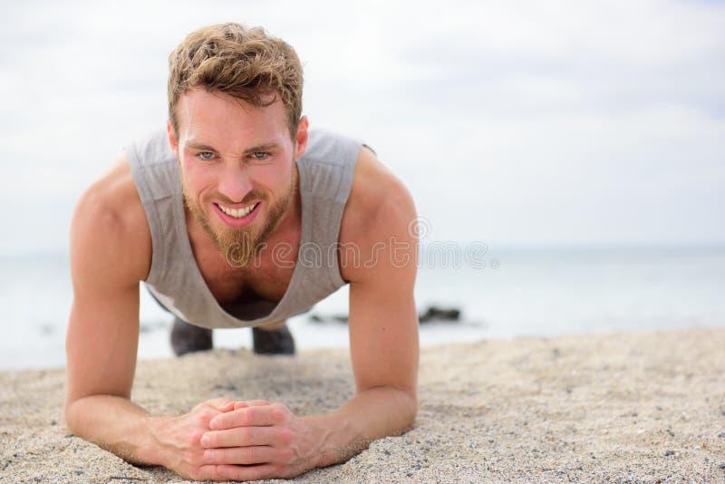 Kernübung - Eignungsmann, der draußen Planke tut stockbild