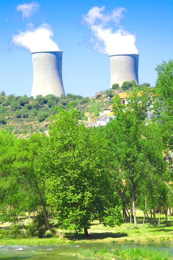 Kern elektrische centrale dichtbij een rivier royalty-vrije stock afbeelding