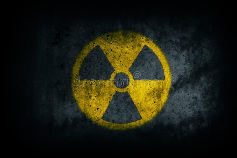 Kern radioactief Radioactief atoom kernioniserende stralinggevaar die gele concrete het cementmuur waarschuwen van de symboolvorm vector illustratie