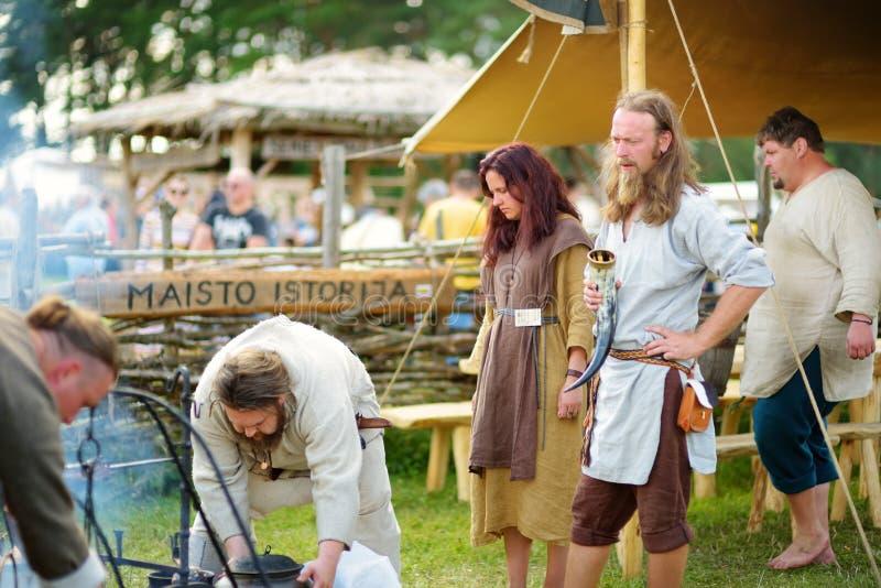 KERNAVE, LITHUANIE - 6 JUILLET 2018 : Activistes historiques de reconstitution utilisant les costumes médiévaux pendant le festiv image stock