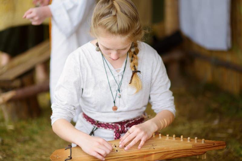 KERNAVE, LITHUANIE - 6 JUILLET 2018 : Activistes historiques de reconstitution utilisant les costumes médiévaux pendant le festiv photographie stock