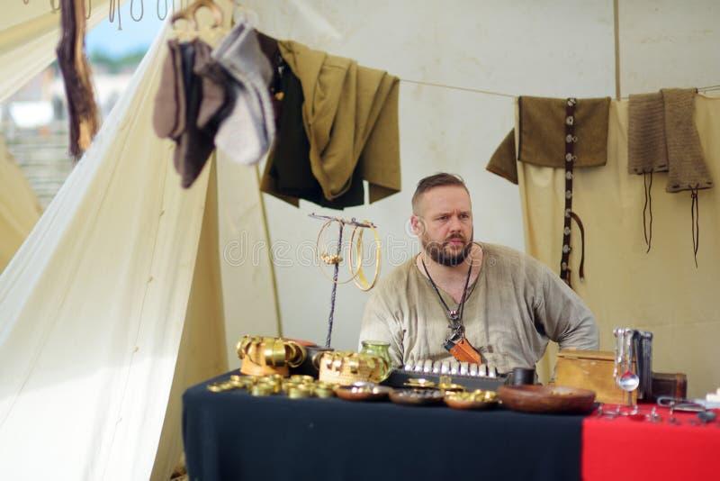 KERNAVE, LITHUANIE - 6 JUILLET 2018 : Activistes historiques de reconstitution utilisant les costumes médiévaux pendant le festiv photos stock