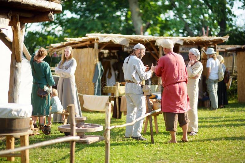 KERNAVE, LITHUANIE - 6 JUILLET 2018 : Activistes historiques de reconstitution utilisant les costumes médiévaux pendant le festiv images stock