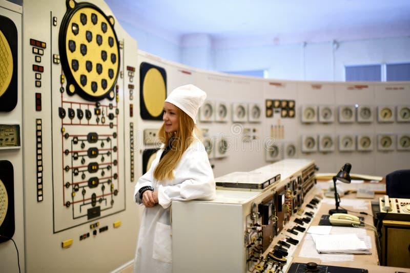Kerncentraleingenieur die bij thermische elektrische centrale werken royalty-vrije stock fotografie
