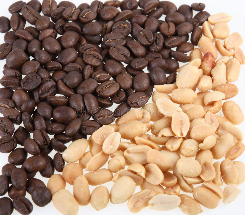 Kerne der gelöschten Muttern einer Erdnuss und des Kaffees stockfotos