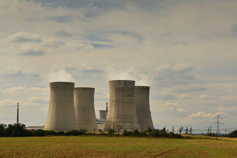 Kernkraftwerk Landschaft mit Kraftwerkkaminen Tschechische Republik Dukovany lizenzfreie stockfotografie