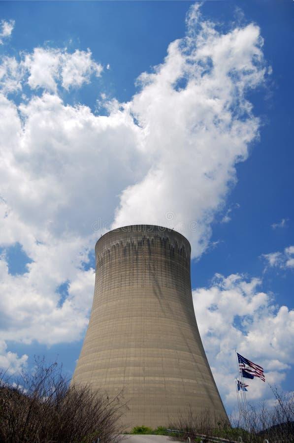 Kernkraftwerk mit US-Markierungsfahne lizenzfreie stockfotografie