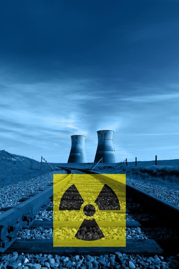 Kernreaktor-Kühltürme, Strahlungs-Gefahrensymbol lizenzfreies stockfoto