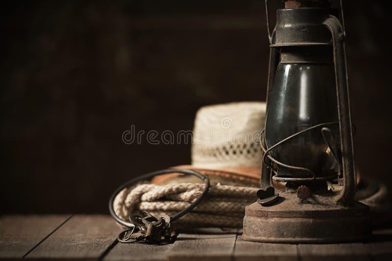 Kerosinlampe auf dem Tisch in der Scheune stockfotografie